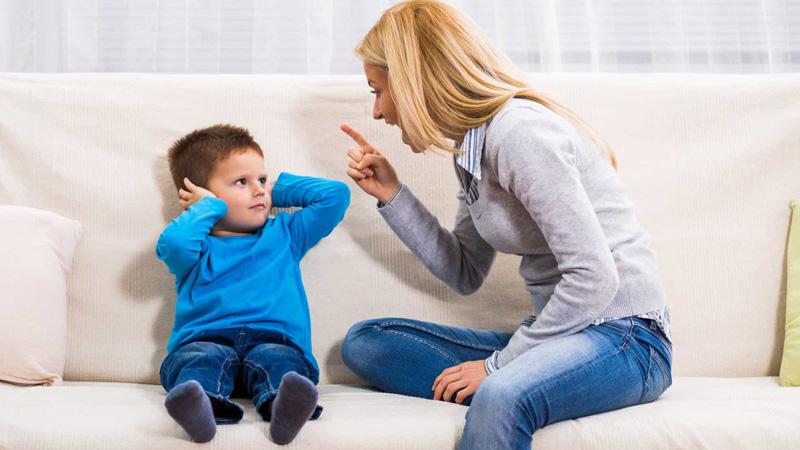 عواقب داد زدن سر کودک